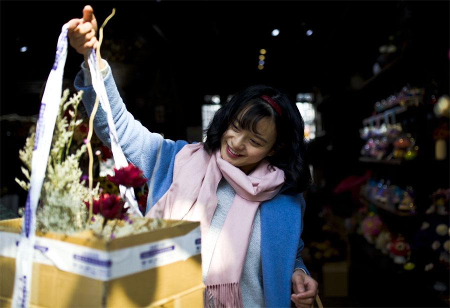 蔡丽红到花店购买装饰用的花束,准备送给朋友