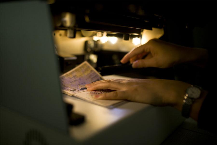 蔡丽红在证件研究室内对证件进行比对研究