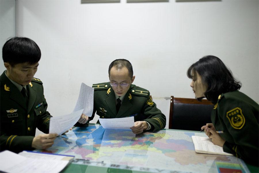 工作前,蔡丽红参加上勤会议,听科长安排布置一天的工作