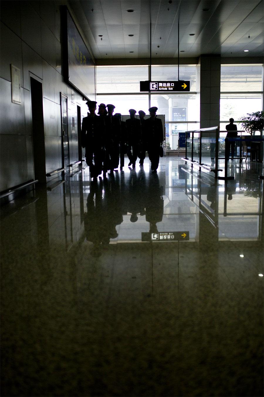 蔡丽红随着队伍赶往入境现场