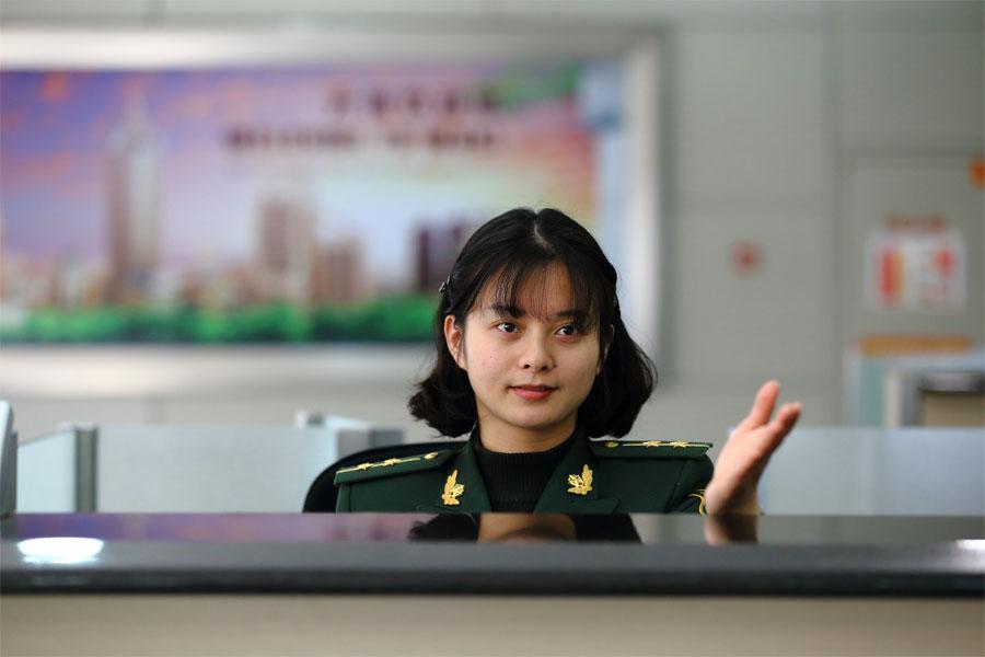 蔡丽红在苏南硕放国际机场准备检查入境旅客