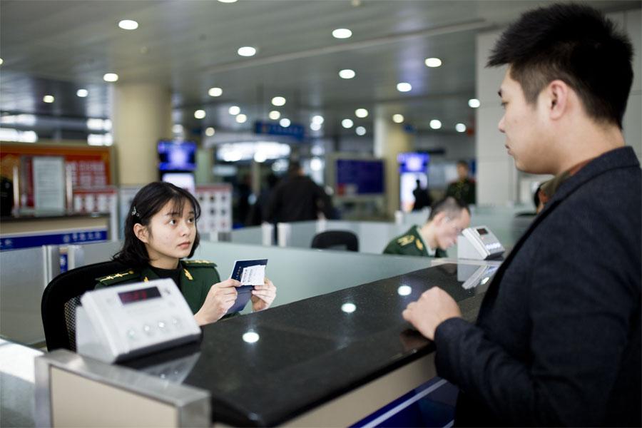蔡丽红对入境旅客进行证件查验比对