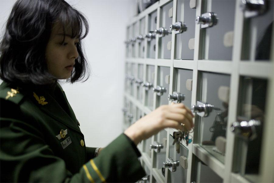 上勤前,蔡丽红到保密的柜子里领取属于自己的出入境验讫章